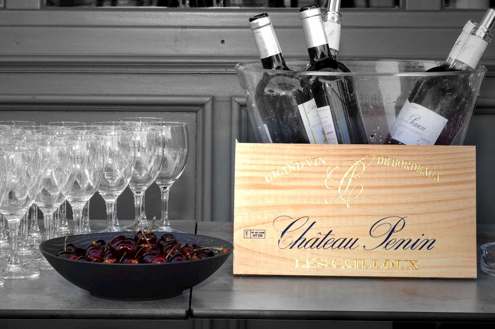 Bouteilles de vins et verres du Château Penin
